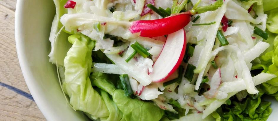 Hlávkový salát s ředkvičkami a kedlubnou