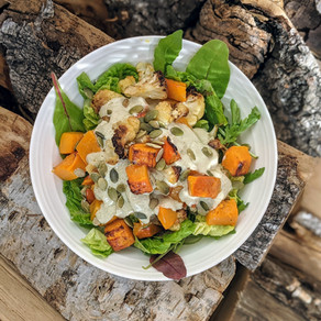 Salát s pečenou dýní a kokosovým kari jogurtem