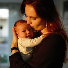 moeder en zoon thuis in Katwijk fotograa