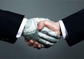 L'émission d'actions, faire entrer des capitaux de risque.