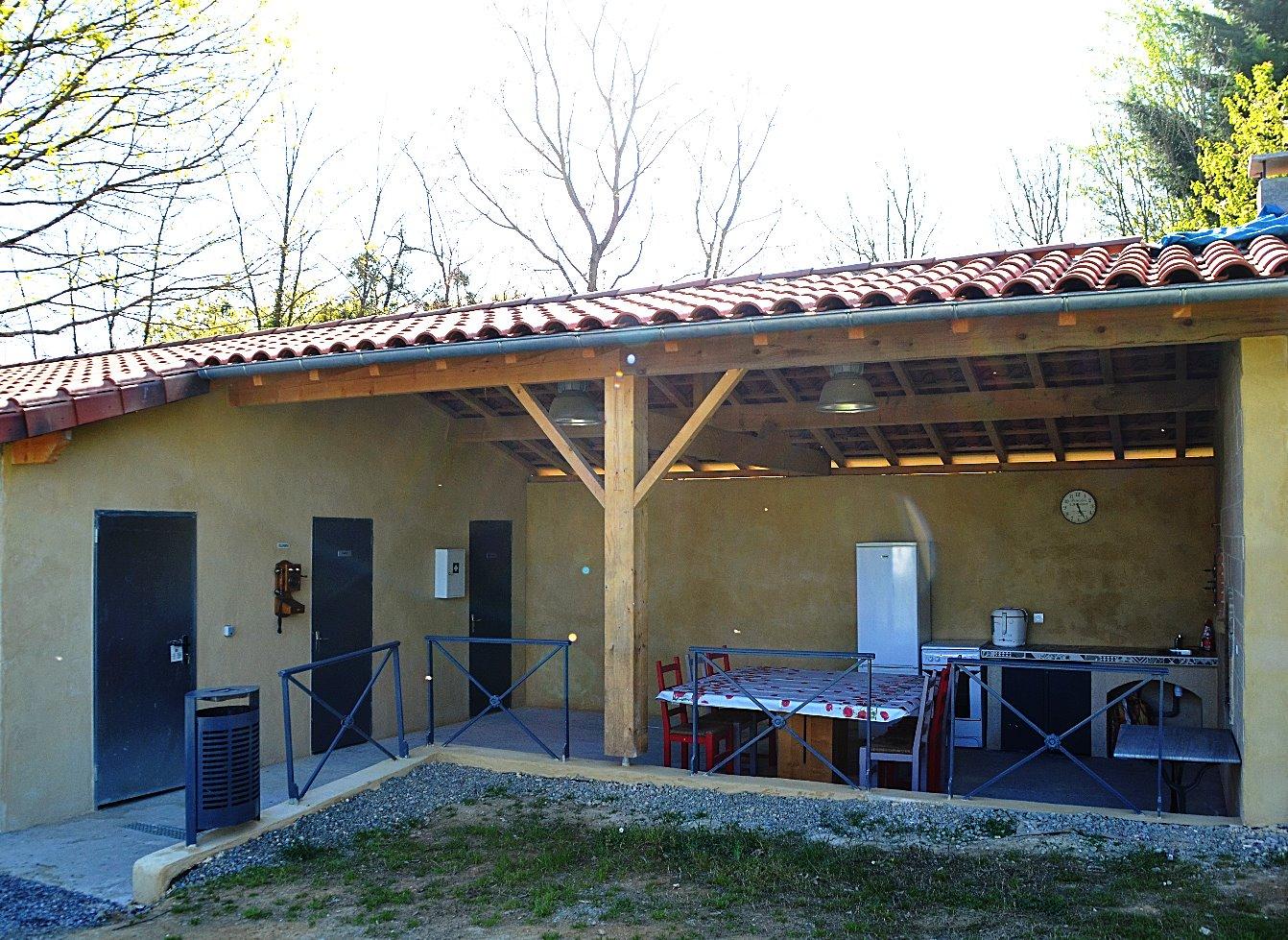 la terrasse couverte et sa cuisine