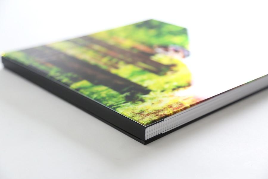 輝くメタリックペーパーを贅沢に使用したクリスタル表紙