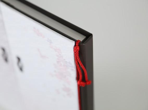 赤い結い紐がアクセント