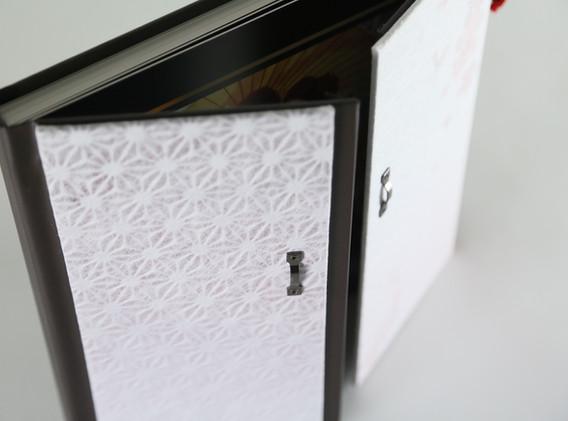 和紙で包んだ扉が中央から開閉します