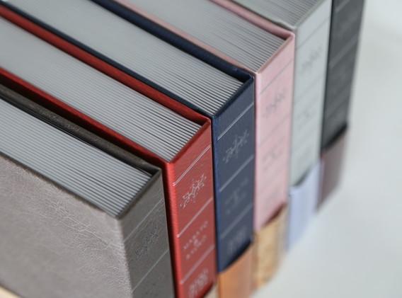 聖書を思わせる重厚感 本棚にも綺麗に収まります