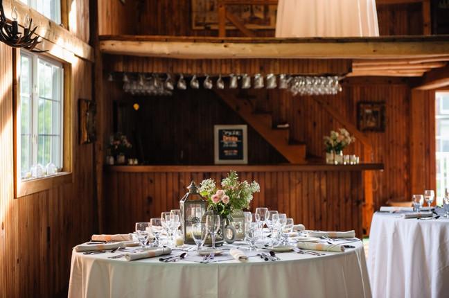 newfound-lake-wedding-table-bar-flowers.