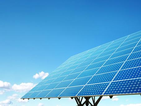 Painel solar fotovoltaico converte raios solares em energia elétrica