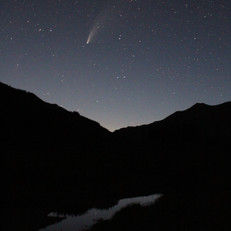 Comet NEOWISE visible over the East River in July 2020