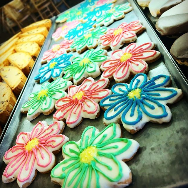 #Spring has sprung at _lovebirdscafebakery! Fun 🌸🌺🌼🌻#cookies are baked fresh and ready to eat! �