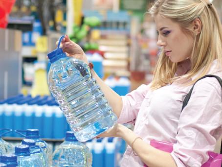 Por que a água mineral tem validade? Entenda os motivos