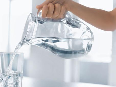 Existe beber água em excesso? Veja os cuidados que você deve tomar