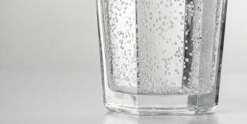 A diferença entre água mineral natural com gás e água com gás natural