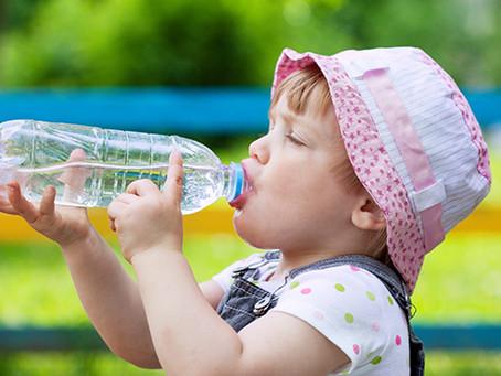 Hidratação para bebês e crianças: qual a quantidade de água ideal por idade