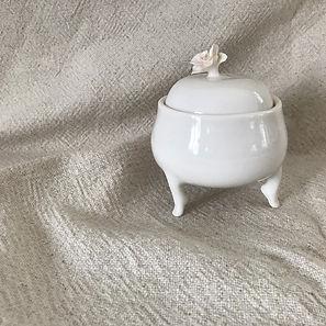 petit pot blanc sur pattes en porcelaine par la céramiste Hélène Fleury