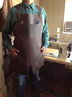 Apron with split and angled pockets