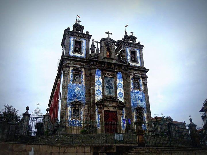 Une église décoré avec les Azulejos; très courantes au Portugal!