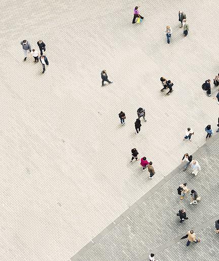Vista aérea de gente paseando