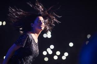 Lali en el Luna Park: Besos, polémica e invitados en su primer noche