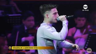 Wos rapeando en el homenaje a Mercedes Sosa de los Premios Gardel
