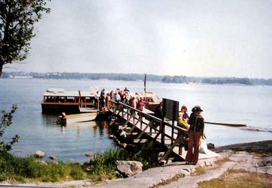 Vesibussi tuo mökki- ja telttalaisia saareen 1976.