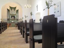 Bænke og Orgel