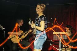 gitarist pevica percussionist