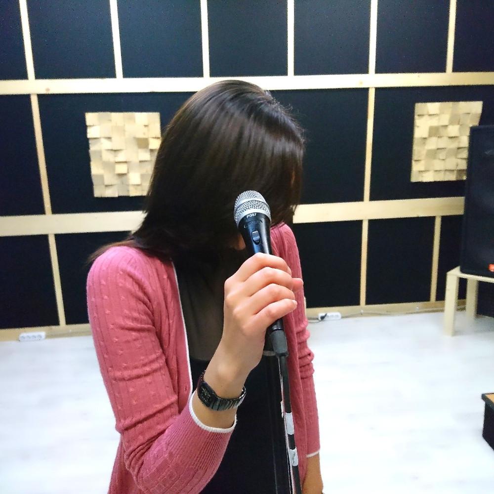Солнечная Юлия на уроке вокала