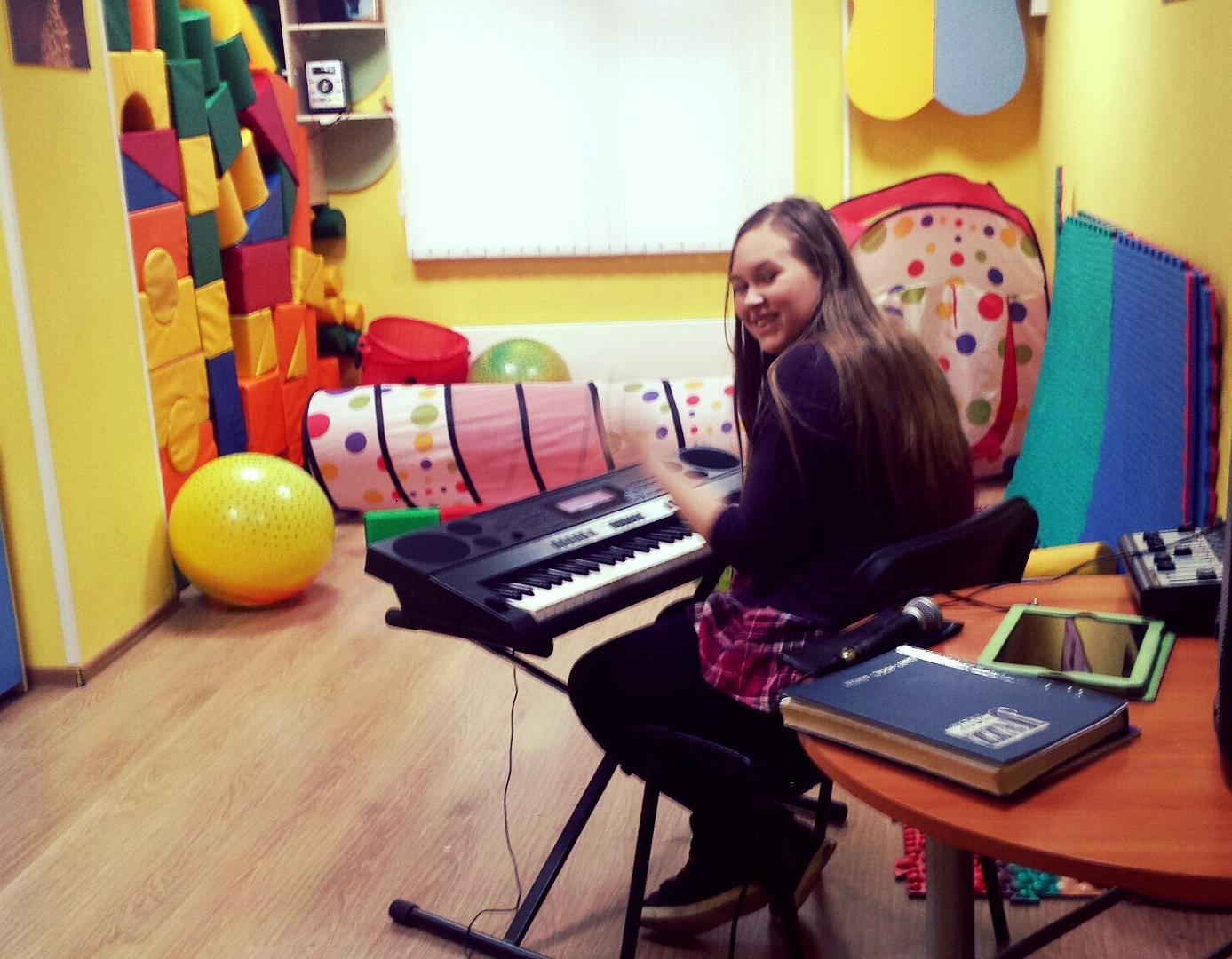 Наша ученица Рита за синтезатором