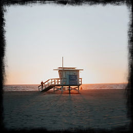 lifeguard-hut-at-sunset-on-venice-beach-