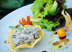 cestinha de funghi com gorgonzola e salada verde