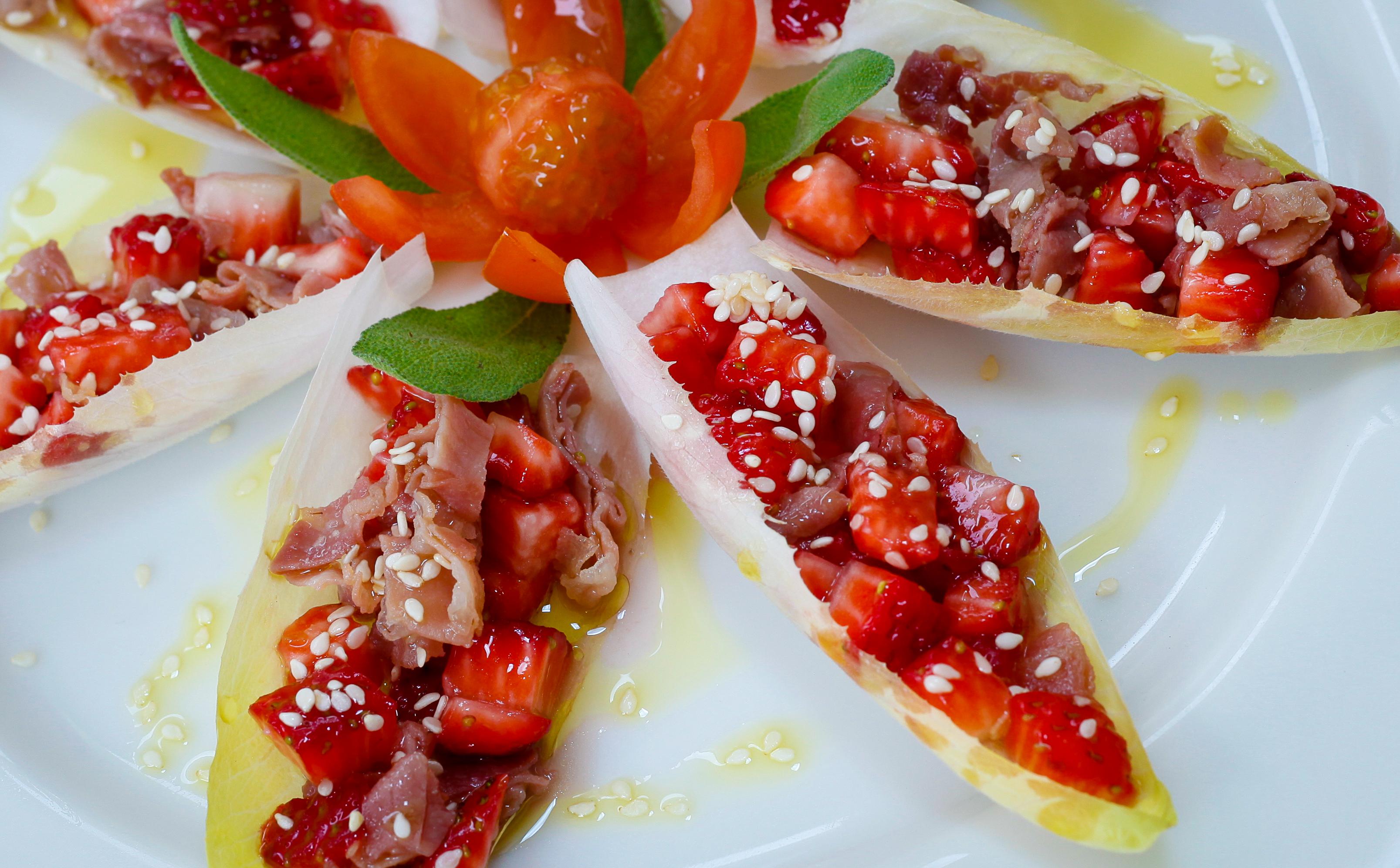 salada de endivia com morangos e parma