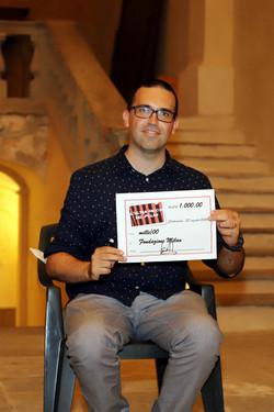 Enrico Fonte mostra l'assegno donato a Fondazione Milan (foto Franco Muzzi)
