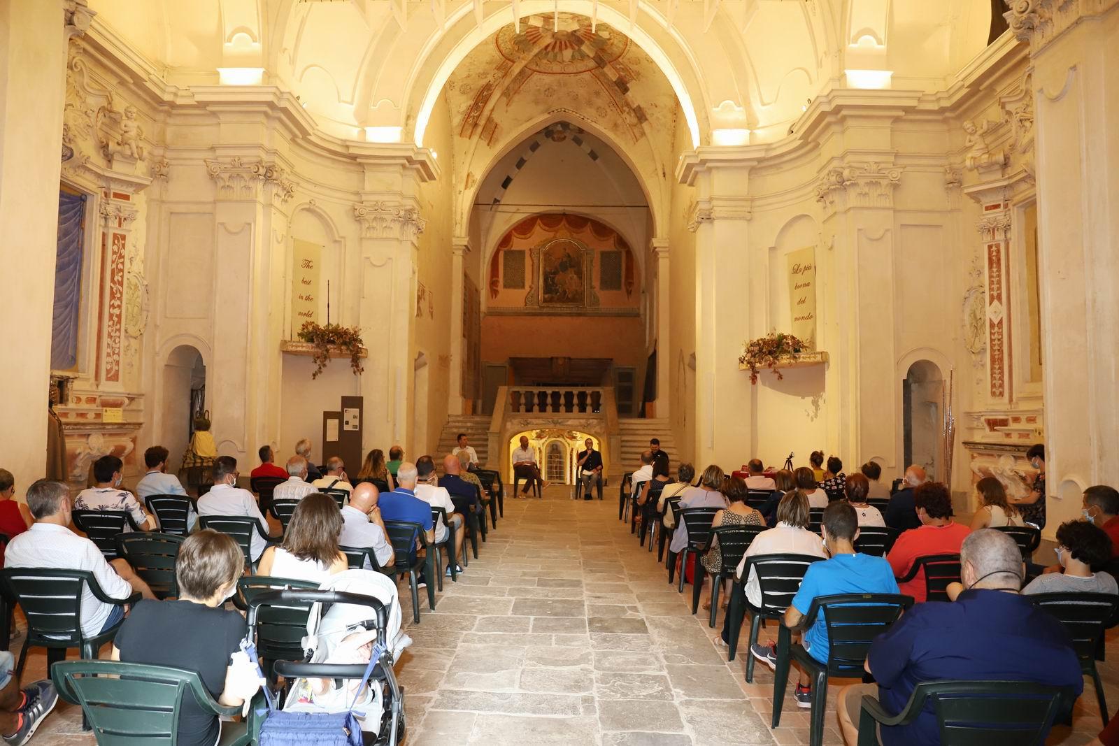 Il pubblico nella chiesa di San Francesco, a Cortemilia (foto Franco Muzzi)