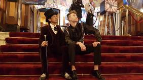@wibisoerjadi en Bart op de trap bij Tuschinski theater