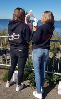 @priscillatimmer met ballondieren en zwarte TravelDudes hoodies