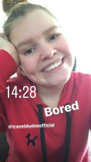 @noa12_nl in haar rood met zwarte TravelDudes hoodie