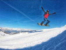 @ripple_film met zijn TravelDudes polo op snowboard in de sneeuw