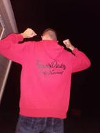 @patrickkk_96 met zijn rood met zwarte TravelDudes hoodie