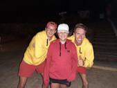 John en Bart tijdens de ZomerTour 2019 met fan met een rood met zwarte TravelDudes hoodie