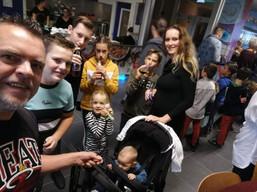 Arjan Lock met kinderen na de TravelDudes JubileumShow 2019