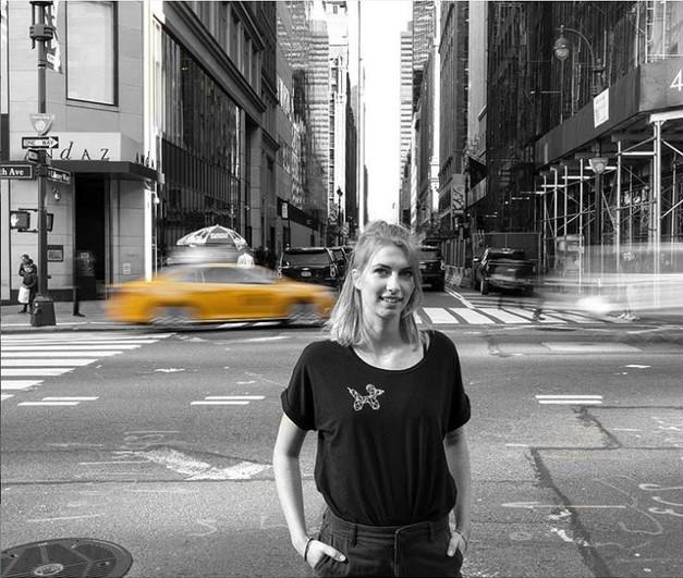 @alidahoogteyling in haar dames shirt met fineliner ballonhond in New York