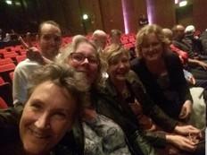 Jaqueline Verbeek-Kas met vrienden in theater Harderwijk tijdens de JubileumShow