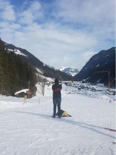 @jroverwer in de sneeuw met zijn zwart met rode TravelDudes hoodie
