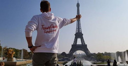 @davereijmerink met een wit met rode hoodie in parijs
