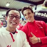 @vdlbart met Bennedict en een wit met rode TravelDudes hoodie