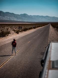 @irismodder met haar TravelDudes hoodie op de weg in Amerika