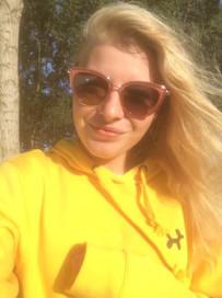 @yziparis in haar geel met zwarte TravelDudes hoodie