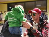 Klein jongetje met groene TravelDudes kinder hoodie