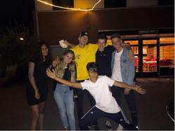 @lisaa.db_ met vrienden op de camping met Bart na een jongleeract