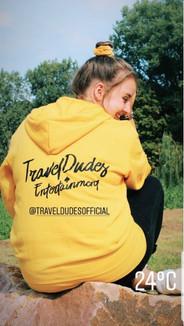 @smilerianne met haar gele TravelDudes hoodie
